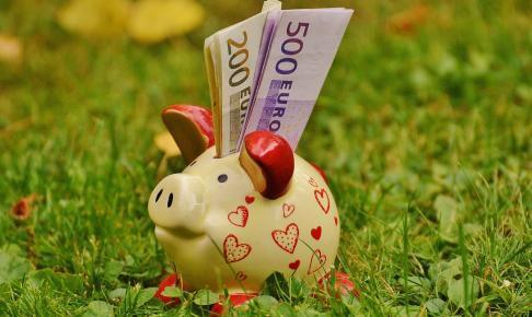 piggy bank 1510552 1280 486x290 - 今話題のLINEスマート投資の「カジノ解禁」のテーマに投資して検証結果まとめてみた。